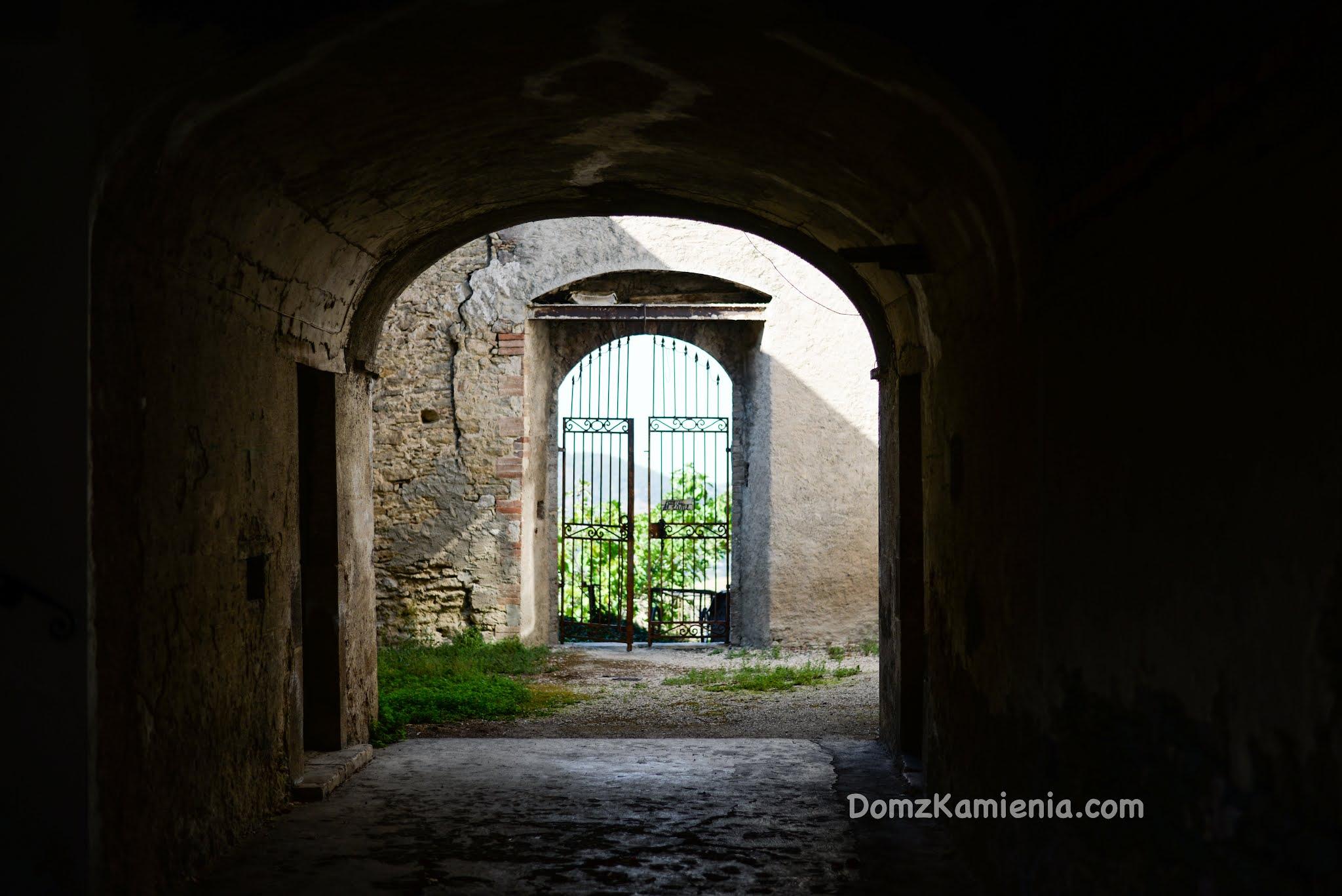 Maiella i Roccascalegna, Dom z Kamienia blog