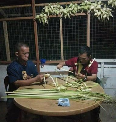 Sambut Hari Raya Idul Fitri 1442 H, Disbudpar Buat Anyaman ketupat.