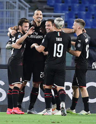 I rossoneri esultano dopo il rigore realizzato da Ibrahimovic.