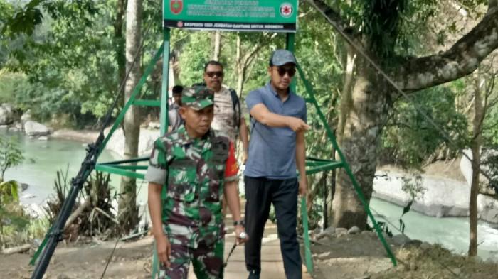 Tinjau Lokasi TMMD, Bupati-Ketua DPRD Sinjai Ujicoba Jembatan Gantung Penghubung Bulupoddo-Bontocani