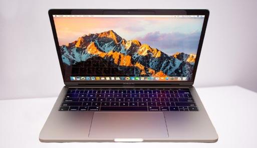 قامت Apple بتحديث مجموعة MacBook Pro حيث أطلقت طراز MacBook Pro الجديد مقاس 13 بوصة باستخدام Magic Keyboard الجديد بدلاً من لوحة المفاتيح الفراشة السابقة. يحتوي طرازMacBook Pro الجديد أيضًا على معالجات Intel Core من الجيل العاشر لتقديم تجربة أسرع بنسبة تصل إلى 80 بالمائة مقارنة بطراز MacBook Pro السابق مقاس 13 بوصة.