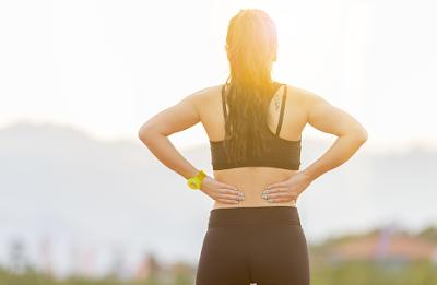 Kelainan hiperlordosis adalah sebuah kondisi yang mempengaruhi keadaan pada tulang bekalang manusia. Kondisi ini akan sangat mempengaruhi keadaan dari penderita yang mengalami hal ini, dikarenakan rasa ketidaknyamanan yang ditimbulkan, yang diantaranya nyeri dan spasme otot pada daerah pinggang manusia.  Kondisi ini bisa terjadi dikarenakan oleh beberapa faktor-faktor yang tentunya akan dibahas dalam artikel ini. Nah untuk mengetahui lebih lanjut dalam membaca bahasan kelainan hiperlordosis pada tulang belakang manusia, silahkan simak dan baca dengan yang telah tersaji di bawah ini.     Kelainan Hiperlordosis Pada Tulang Bekalang Manusia  Hiperlordosis merupakan sebuah kondisi yang mengpengaruhi keadaan dari tulang belakang pada tubuh manusia. Sehingga dari kondisi ini akan menimbulkan ketidaknyaman pada penderitanya akibat rasa nyeri dan spasme otot yang ditimbulkan. Kondisi ini bisa terjadi di akibatkan oleh pola hidup sehat yang kurang baik dan postur tubuh yang buruk.  Maka dari itu penting untuk mengetahui dan mengenalai kondisi ini, agar dalam melakukan sebuah aktivitas keseharian dapat lebih berhati-hati lagi. Untuk mengetahui mengenai bahasan kelainan atau penyakit ini silahkan simak dan ikuti dengan sebagai berikut :  1. Pengertian Hiperlordosis  Hiperlordosis merupakan gangguan tulang belakang pada punggung bawah yang memiliki kelengkungan berlebihan (Faiz, 2002). Hiperlordosis merupakan lengkungan alami pada punggung bawah atau pada daerah lumbal melengkung melebihi normal sehingga menyebabkan tekanan berlebihan (Naidoo, 2008).  2. Etiologi Hiperlordosis  Etiologi dari kondisi ini adalah sebagai berikut : Pada masa kehamilan wanita sering cenderung membungkuk kedepan akibat dari menopang bayi Sikpa tubuh yang buruk sejak dini, pembentukan tulang punggung yang kurang sempurna  3. Faktor Risiko Hiperlordosis  Faktor risiko dari kondisi ini adalah sebagai berikut : Posisi tubuh, alas kaki (cenderung wanita menggunakan heels) Postur tubuh yang buruk, obesitas