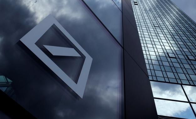 Η Deutsche Bank πληρώνει για να δανειστεί χρήματα