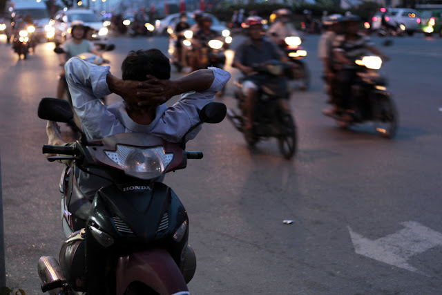 Hombre tumbado en la moto en Ho Chi Minh
