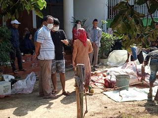 Kepala Desa Ciherang Kecamatan Caringin Pondok Sembelih Tiga (3) Ekor Sapi Di Hari Qurban
