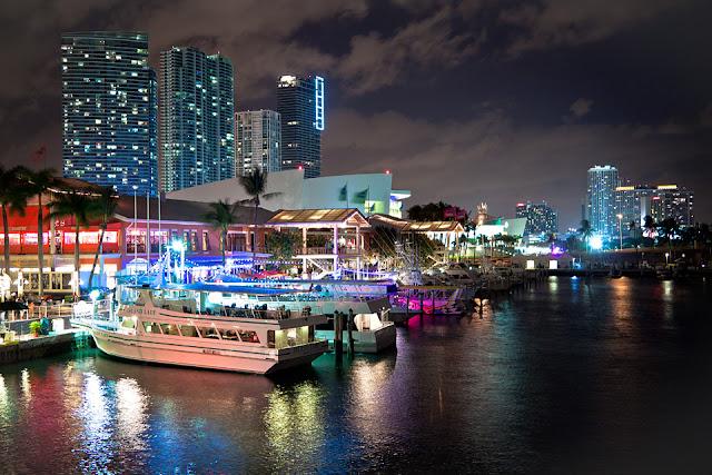 Barcos na noite em Miami
