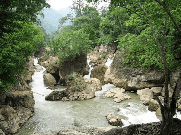 Discover Dau Dang Waterfall with the majestic nature of the Northeast