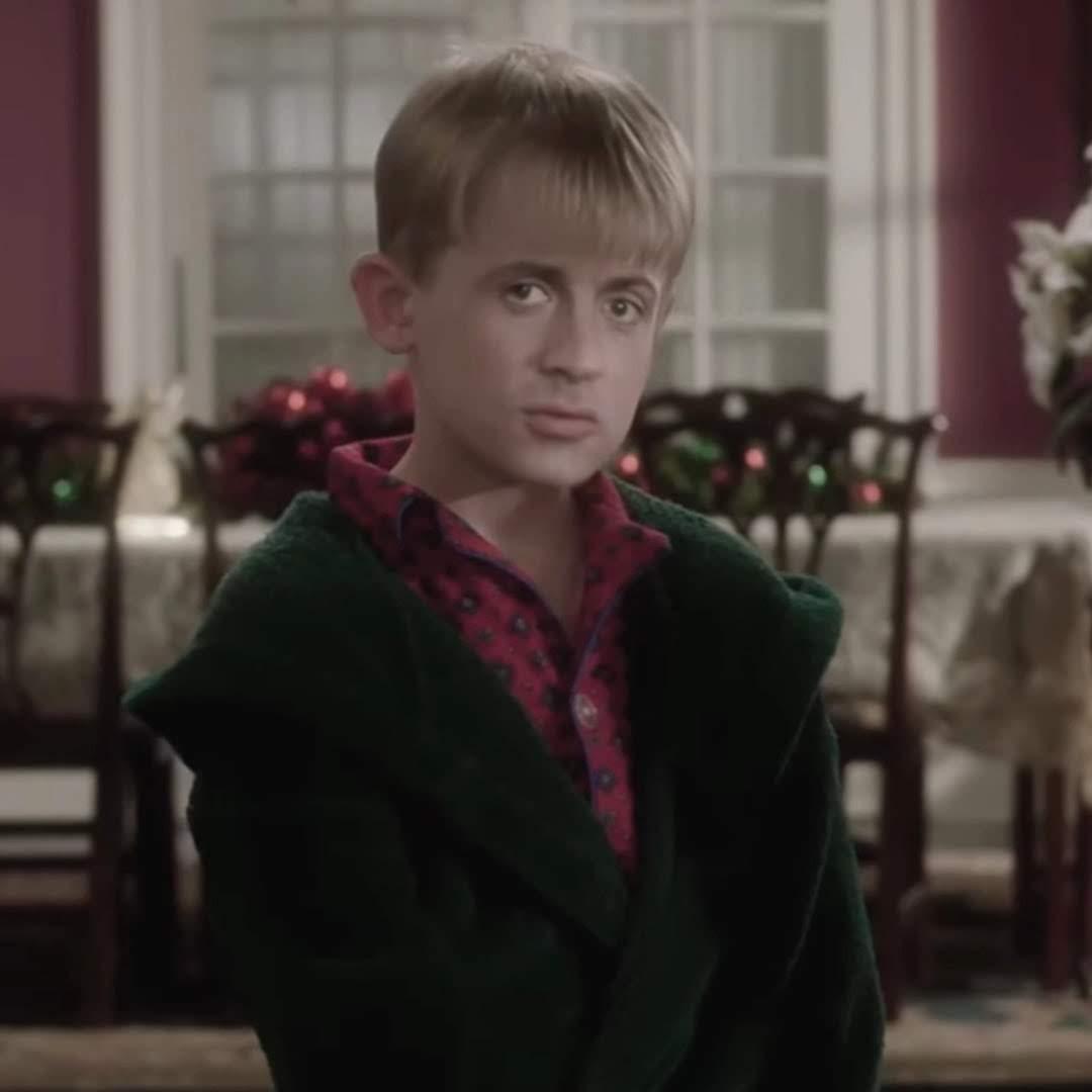 Home Stallone : クリスマス映画の定番の痛快なコメディ「ホーム・アローン」の主演が、もしも、シルベスター・スタローンだったなら ? ! という様々な意味で、ディープなフェイクのビデオ ! !
