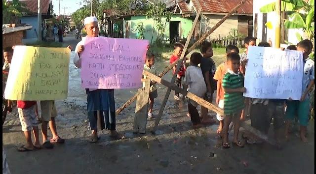 Tak Kunjung Surut, Masyarakat Tagih Janji Walikota dan Lakukan  Pemblokiran