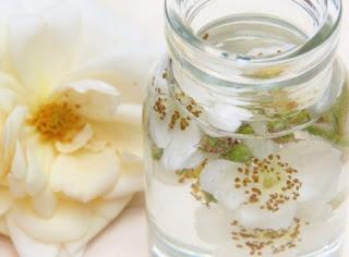 gambar Manfaat air mawar untuk kecantikan dan cara penggunaanya di kulit