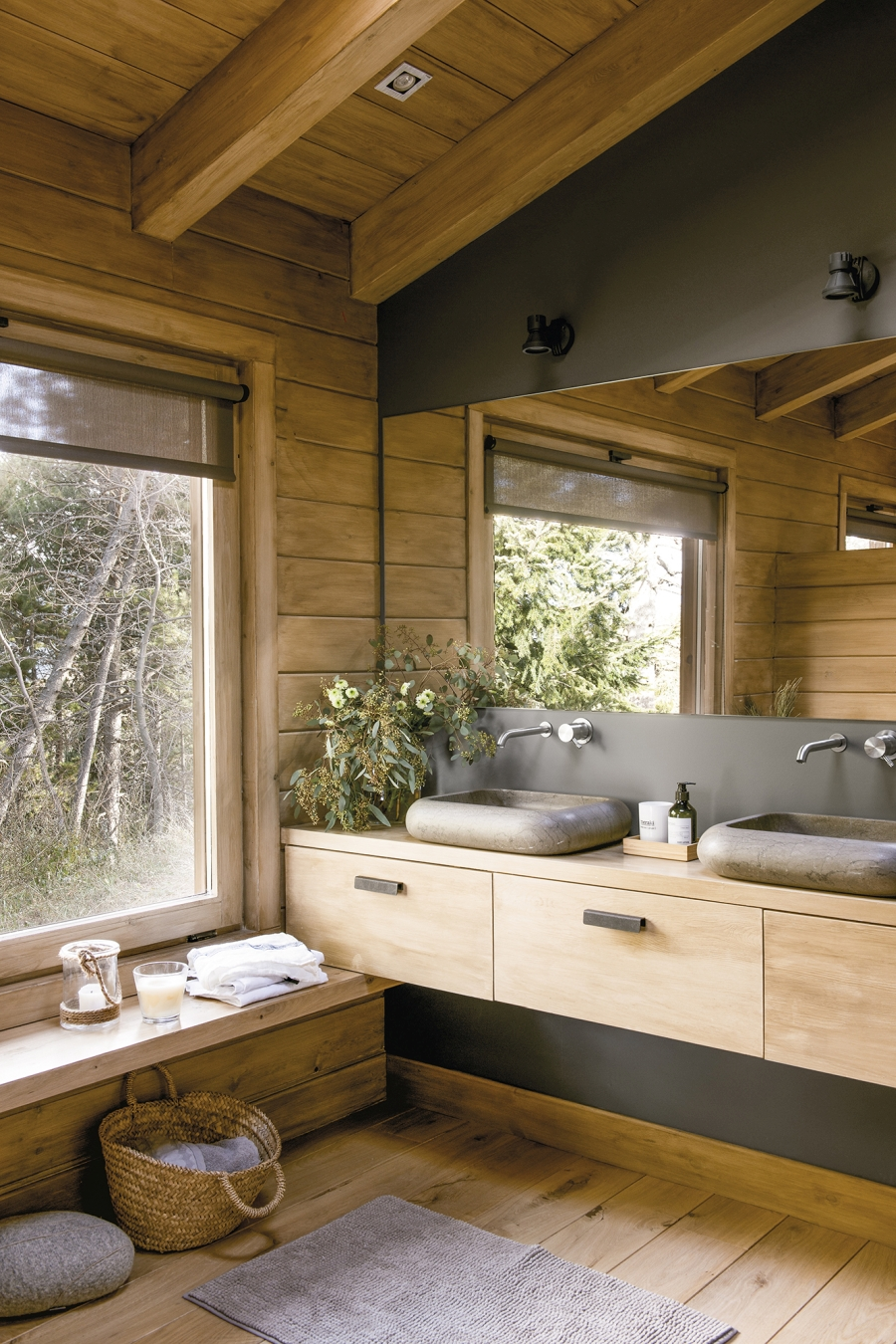 Drewniany domek w środku lasu - wystrój wnętrz, wnętrza, urządzanie mieszkania, dom, home decor, dekoracje, aranżacje, drewniany dom, drewno, eco, ekolodiczny, naturalny, cozy home, styl skandynawski, scandinavian style, otwarta przestrzeń, salon, living room, kuchnia, kitchen, jadalnia, wyspa kuchenna, łazienka, kamienna umywalka