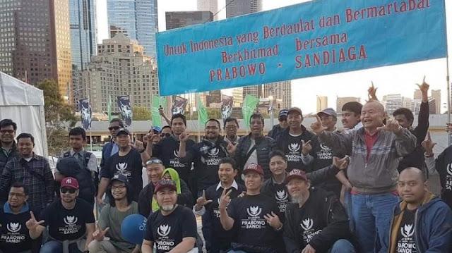 Tim Pemenangan Prabowo-Sandiaga Uno (Prabu) 08 saat mendaklarasikan dukungan di Federation Square, Melbourne, Negara Bagian Victoria, Australia, Sabtu