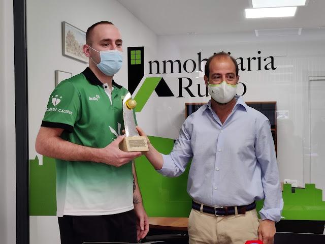 Luis Miguel Rubio entrega el Trofeo a Devin Schmidt