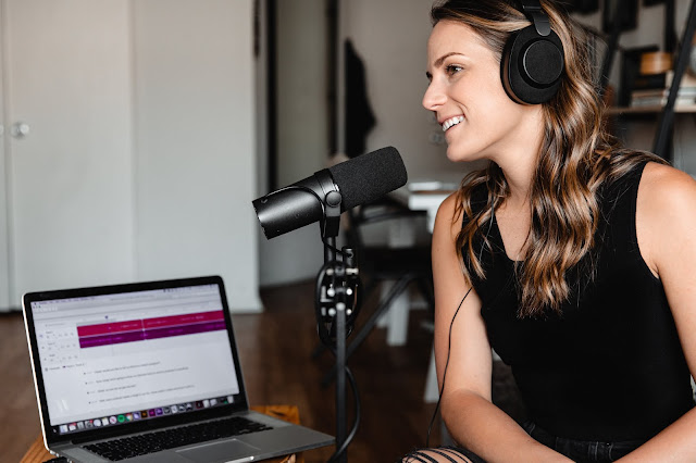Podcasters That (Masterfully) Keep You Tuned In For Ad Breaks