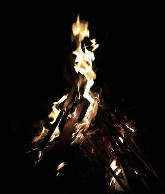 yang wajib dari sebuah camping, api unggun
