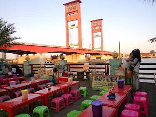 Jajanan enak dan murah khas Palembang di Ampera