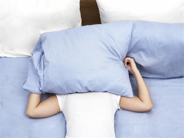 لا تغطي رأسك أثناء النوم..إليك الأسباب
