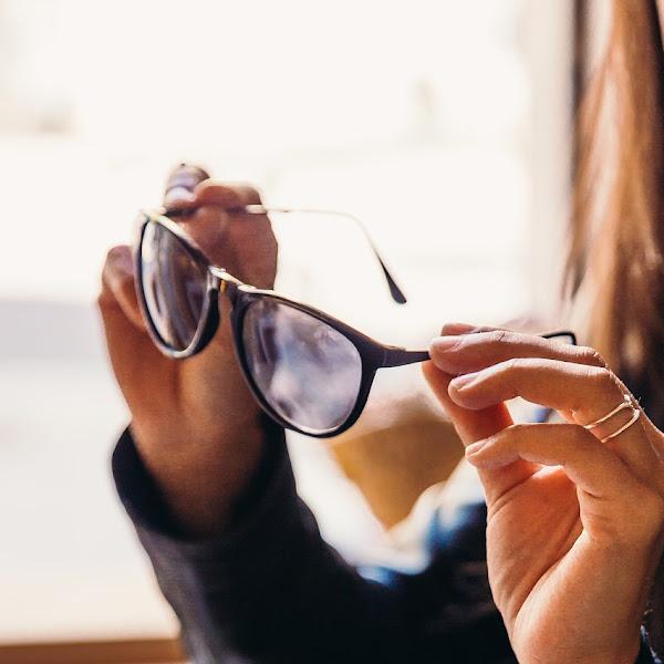 4 Tips Memilih Kacamata yang Tepat untuk Wanita
