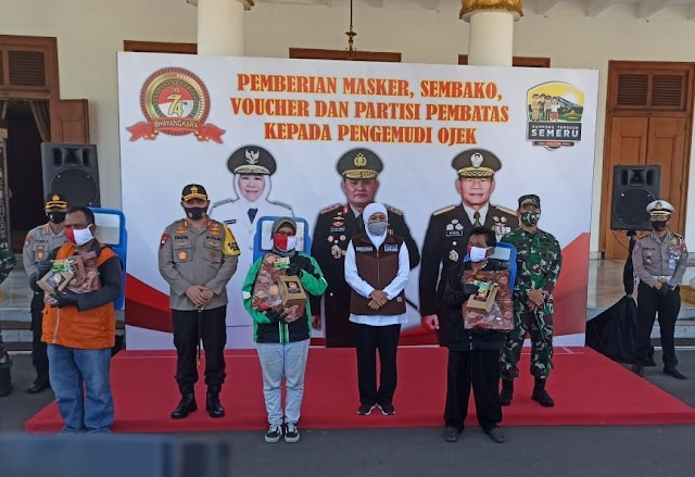 Kapolda Jatim Bagikan Sembako Dalam Rangkaian HUT Bhayangkara Ke-74