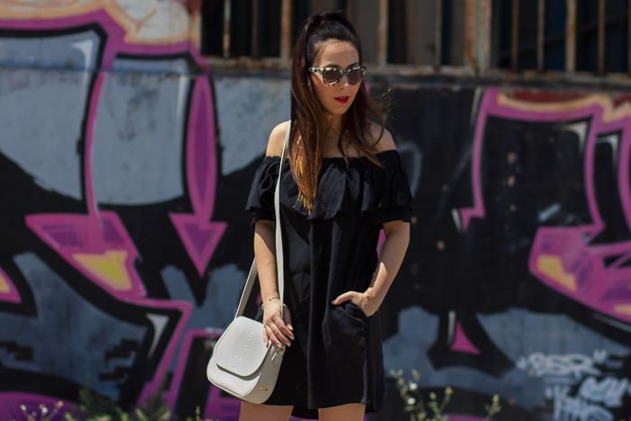influencer blogger de moda de Valencia con outfit de verano con mini vestido