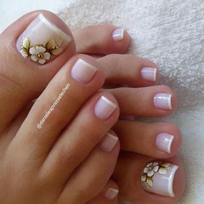 unhas dos pés decoradas com esmalte branco