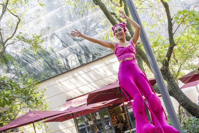 Recepção com Perna de Pau Mysterê em evento de aniversario dos 20 anos do Shopping Patio Higienópolis SP.