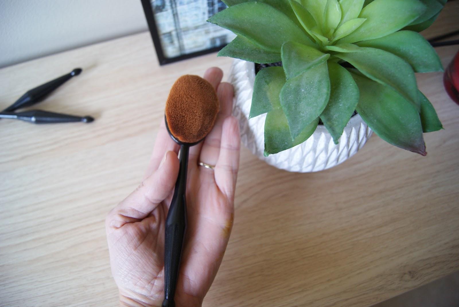 Appliquer la base, le fond de teint, le blush ; faire le contouring et le strobbing