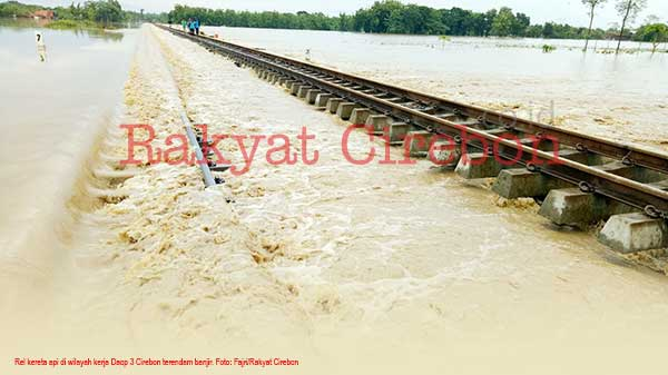 rel kereta cirebon terendam banjir