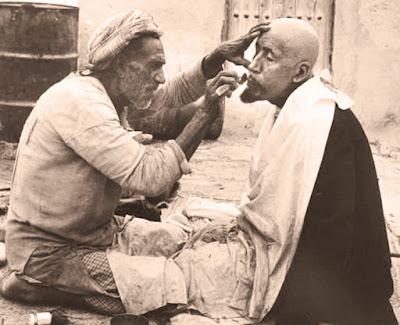 1930م:فيديو نادر لحلاق مغربي تم تصويره وهو يزاول مهنته في السوق سنة