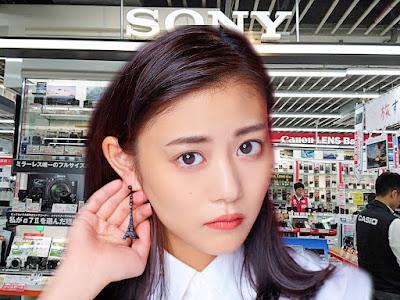 Японка общается с покупателем в магазине [фотоколлаж]