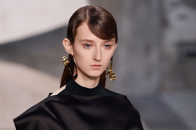 tendenza orecchini diversi tendenze accessori primavera estate 2017 marni sfilata ss 2017 accessori marni primavera estate 2017