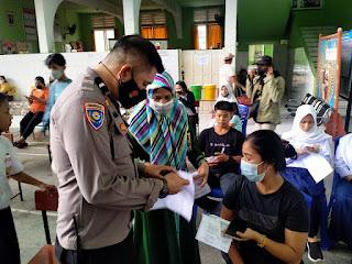 Mempercepat Proses Vaksinasi, Personil Polres Pelabuhan Makassar Selalu Stay memberikan Bantuan pada Warga