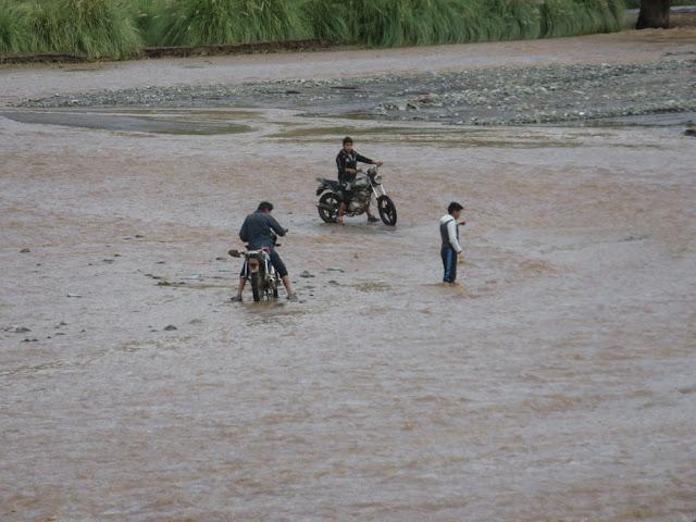 Sie versuchen dann den Fluss zu durchqueren, was aber fehlschlug. Den Miguel mussten sie dann aus dem Wasser ziehen.