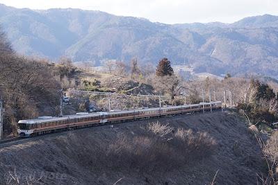 篠ノ井線姨捨駅付近を走る383系しなの