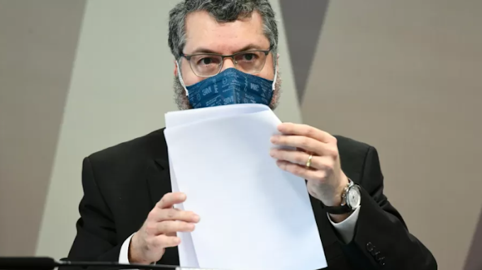 Ernesto tira o corpo fora e culpa Pazuello por problemas na pandemia