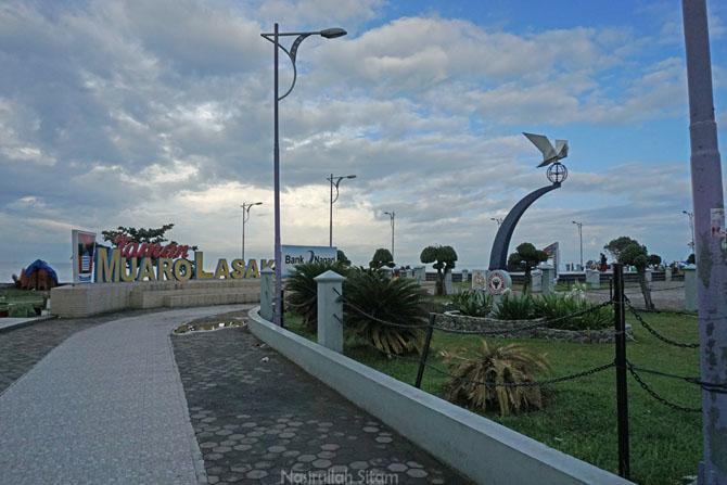 Siluet Monumen Merpati Perdamaian di Pantai Padang