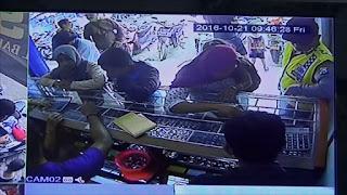 Terekam CCTV, Dua Perempuan Curi Emas Sambil Gendong Balita