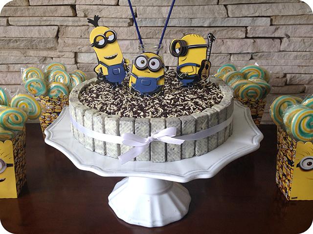 Decoração Festa dos Minions : Bolo HERSHEY'S Mais Cookies 'n' Creme com Granulado e  Minions de EVA