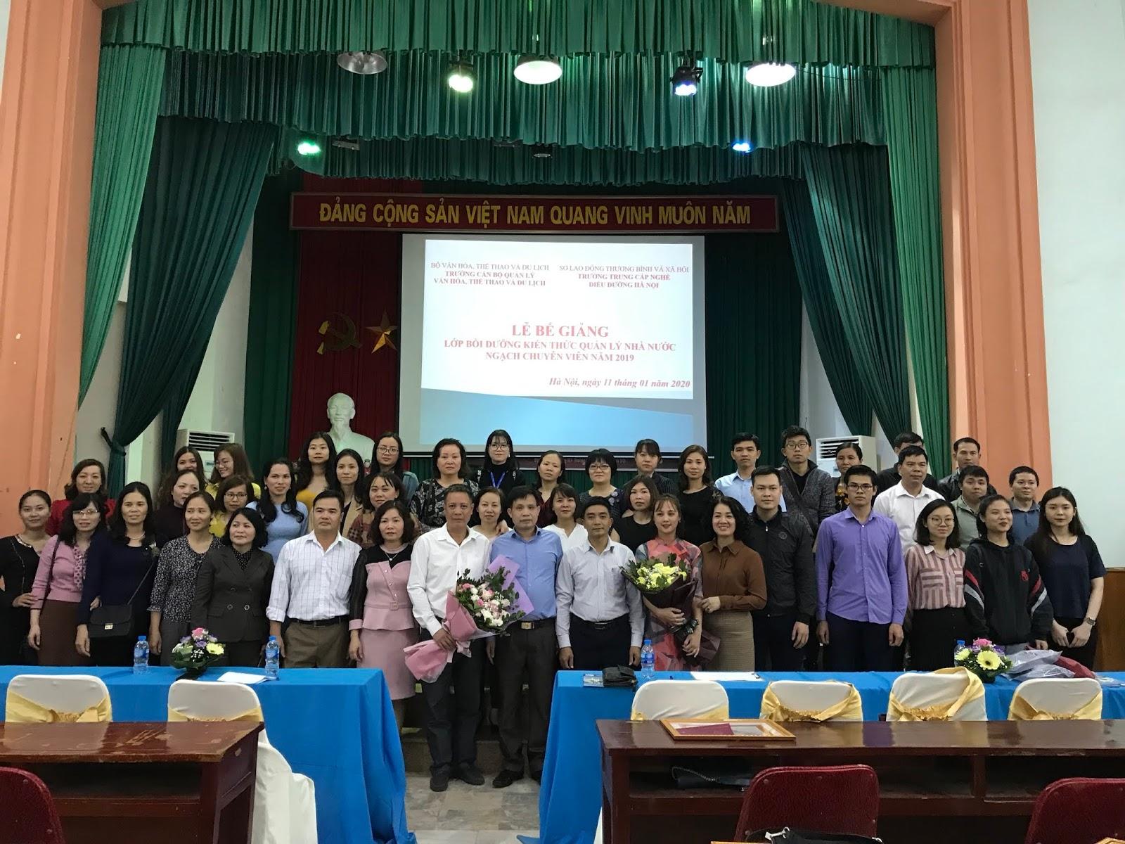 Lễ bế giảng Lớp Bồi dưỡng Kiến thức Quản lý Nhà nước Ngạch chuyên viên năm 2020