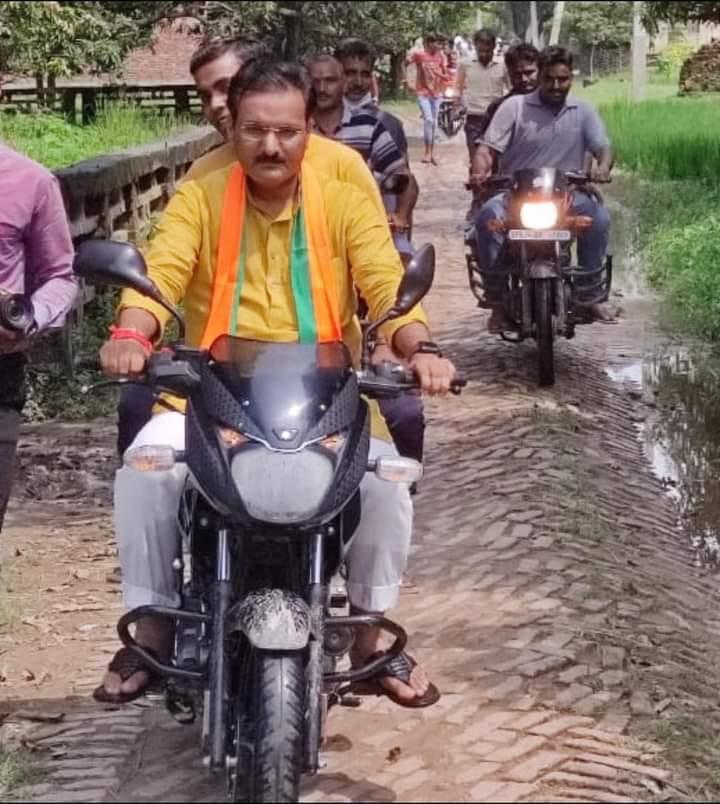 बिना हेलमेट बाइक से बाढ़ प्रभावित क्षेत्र का दौरा करते बेसिक शिक्षा राज्यमंत्री डा.सतीश द्विवेदी