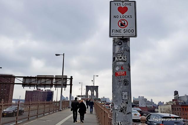 Placa alerta para a proibição de prender cadeados na Ponte do Brooklyn
