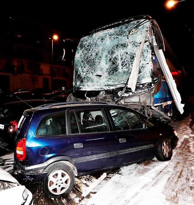 Muere una niña y su hermano crítico  al arrollar una guagua el coche en el que viajaban