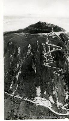 Vue de Royat, hier,  noir et blanc Puy-de-Dôme, l'autoroute à gauche et la voie romaine partant du Col de Ceyssat.