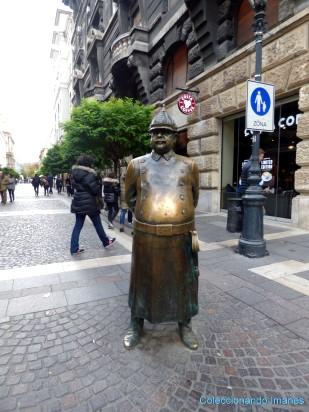 Escultura policía bonachón Budapest