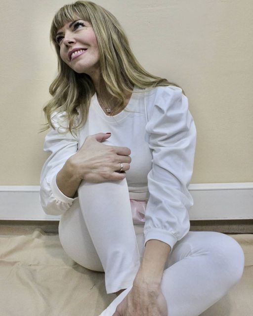 Βαμβακερό σετ σε λευκό χρώμα με crop top & παντελόνι σε στενή γραμμή με στρέπες & σατέν ζωνάκι.