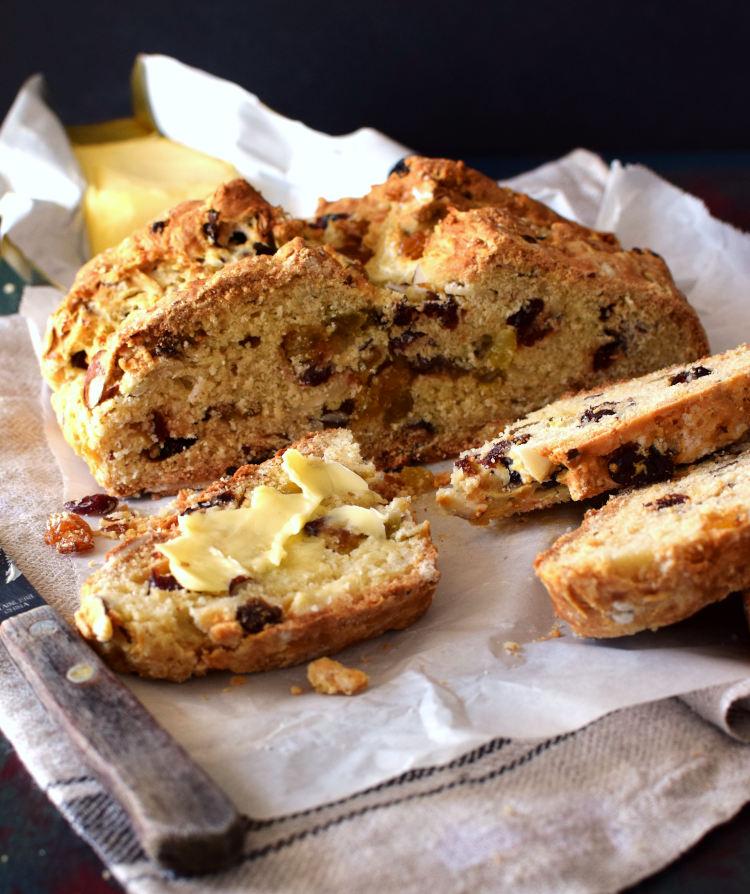 Pan de soda cortado en trozos servido con mantequilla