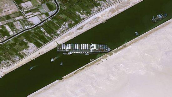 Enorme nave blocca il canale di Suez