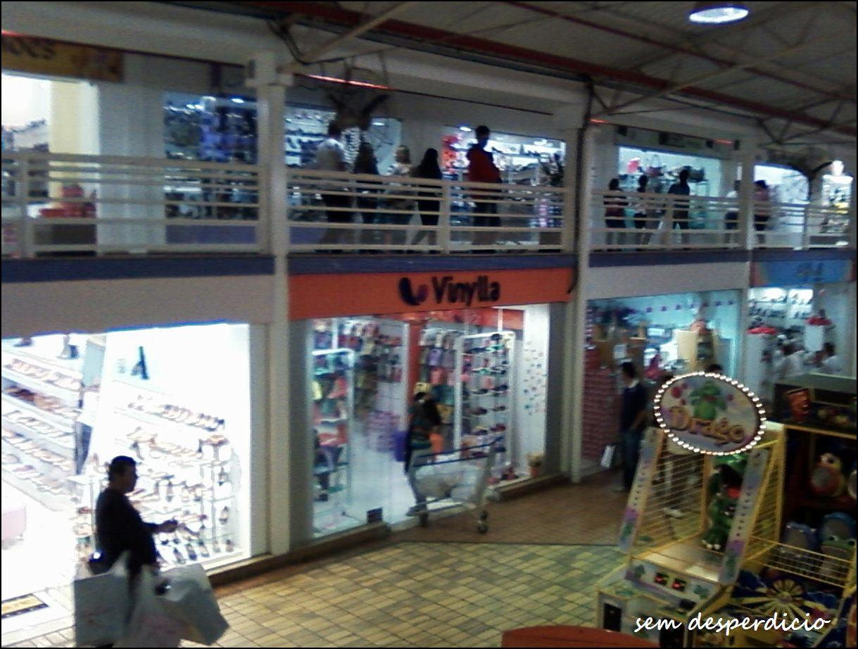 08dd34842 o último corredor do shopping. Essa loja, Vinylla vende umas sapatilhas de  Vinil. Uma graça!