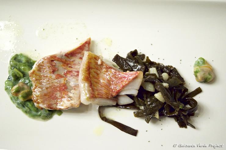 Lomo de salmonete, berberechos y algas - Restaurante Andra Mari por El Guisante Verde Project
