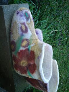 Pantufa feltrada com lã de cor crua, flor marrom e detalhes coloridos e bordada com fio de algodão
